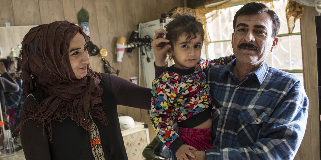 يمامة، 36 عام، أم لخمسة أطفال مع زوجها وابنتها الصغرى في صالون التجميل الذي تمتلكه وتديره في مدينة جلولاء