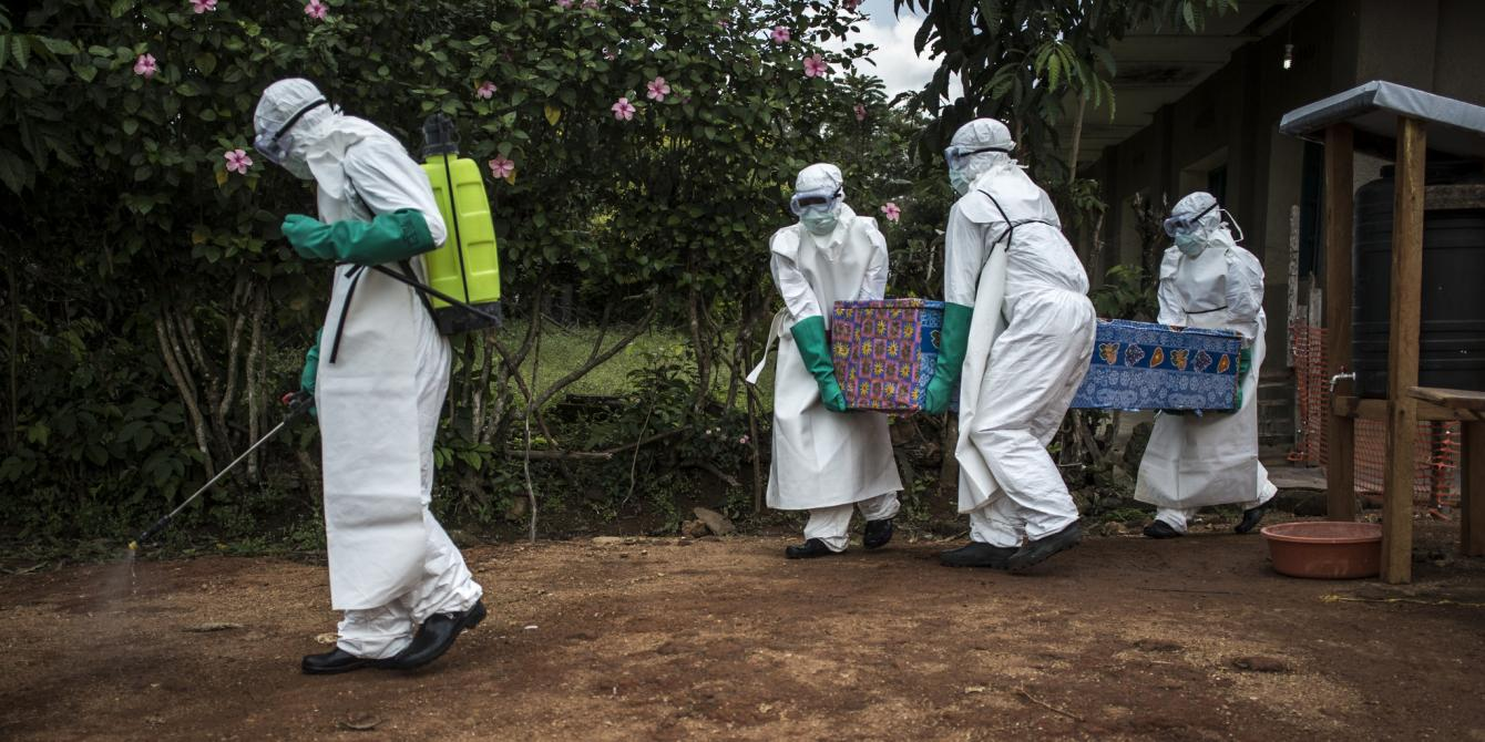 Health workers carry out the corpse of a unconfirmed Ebola case, from the ebola treatment centre (ETC) in Mangina. John Wessels/Oxfam