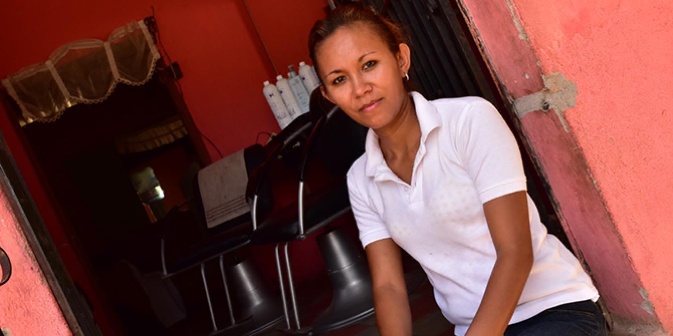Sirli Canales transforma su vida a través de un emprendimiento, ella reconoce que el esfuerzo y la constancia son claves en su camino hacia la independencia económica. Foto: Karen Arita / Oxfam en Honduras