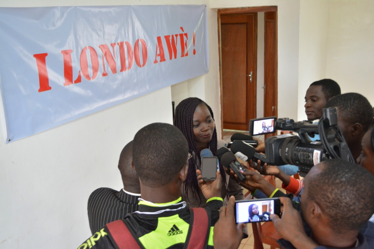 La porte-parole du groupe répond aux questions des journalistes
