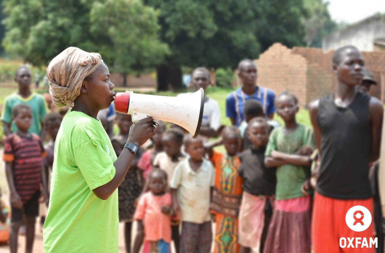 Sylvie anime la sensibilisation sur les femmes stigmatisées suite à un viol à Batangafo, dans le nord-ouest de la RCA. © AG/Oxfam