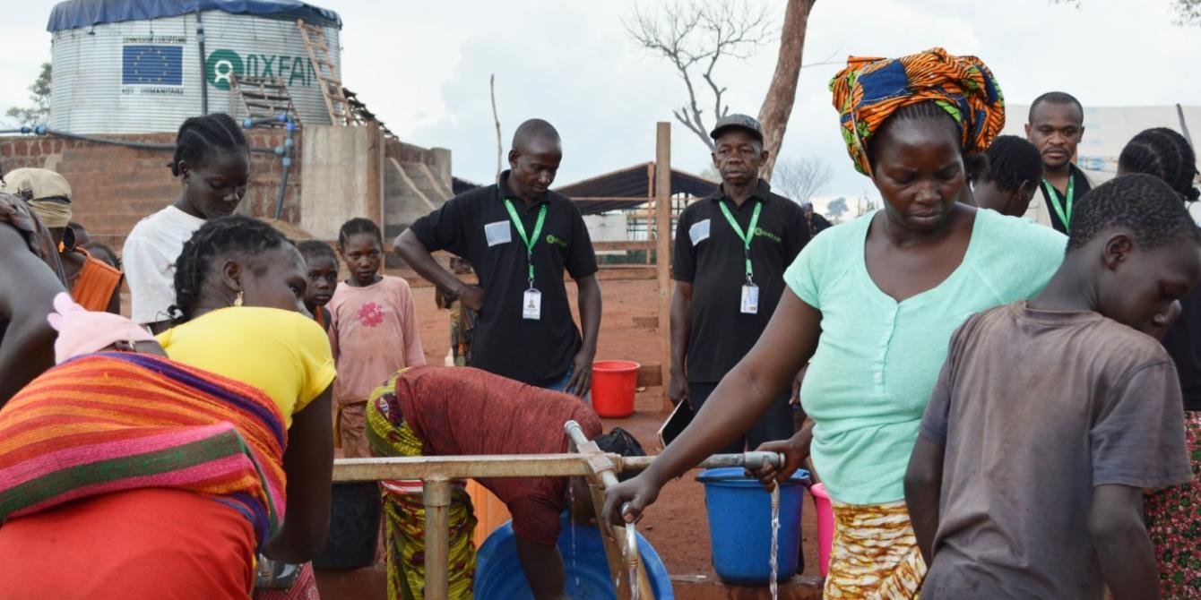Une équipe veille au bon fonctionnement d'un point d'eau. Le réseau gravitaire installé par Oxfam permet de fournir de l'eau aux 50 000 déplacés du site PK3 de Bria, dans le centre de la RCA. © Aurélie Godet/Oxfam