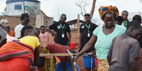 Une équipe veille au bon fonctionnement d'un point d'eau. Le réseau gravitaire installé par Oxfam permet de fournir de l'eau aux 50 000 déplacés du site PK3 de Bria, dans le centre de la RCA. ©Aurélie Godet/Oxfam